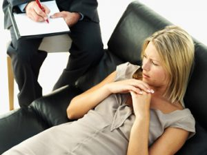 беседа с психотерапевтом помогает бороться с заболеванием