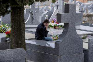 человек посещает кладбище