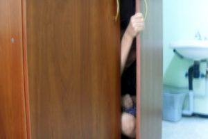 некоторые больные в детстве содержались в подвалах или шкафах для наказания
