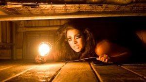 девушка скрывается от дождя под кроватью