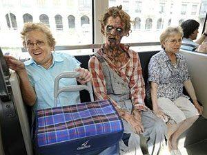 на Хеллоуин людм наряжаются как зомби и ходят по улице