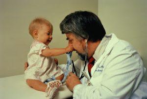 врач должен успокаивать ребенка, чтобы снизить стресс