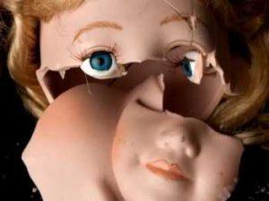 сломанная кукла вызывает негативные эмоции