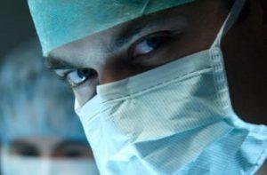 врач в маске выглядит пугающе