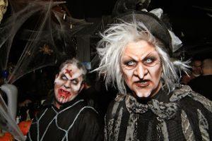 на Хеллоуин люди делают устрашающий грим