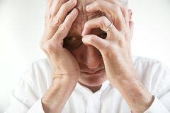 пожилой человек испытывает стресс