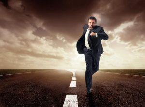человек убегает от опасности