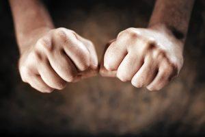 сжимание кулаков помогает расслабиться