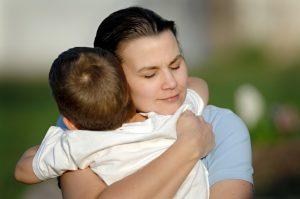 объятия успокаивают ребенка