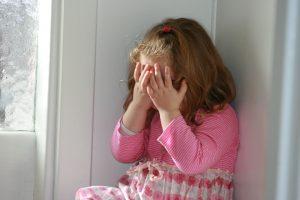 испуганный ребенок не может успокоиться в одиночку