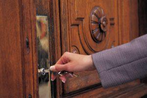 навязчивое закрывание дверей